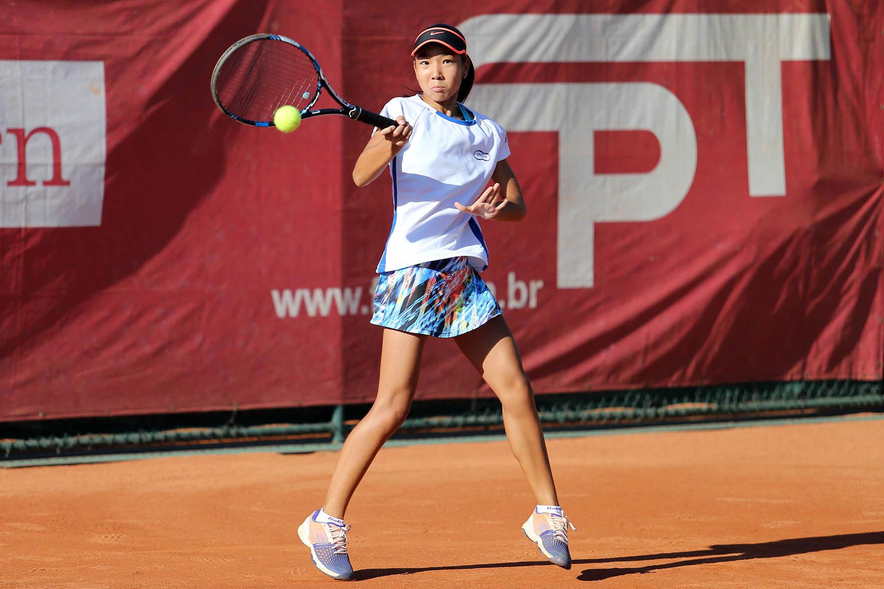 Namie Isago é vice-campeã de simples e campeã de duplas em Curitiba (PR)