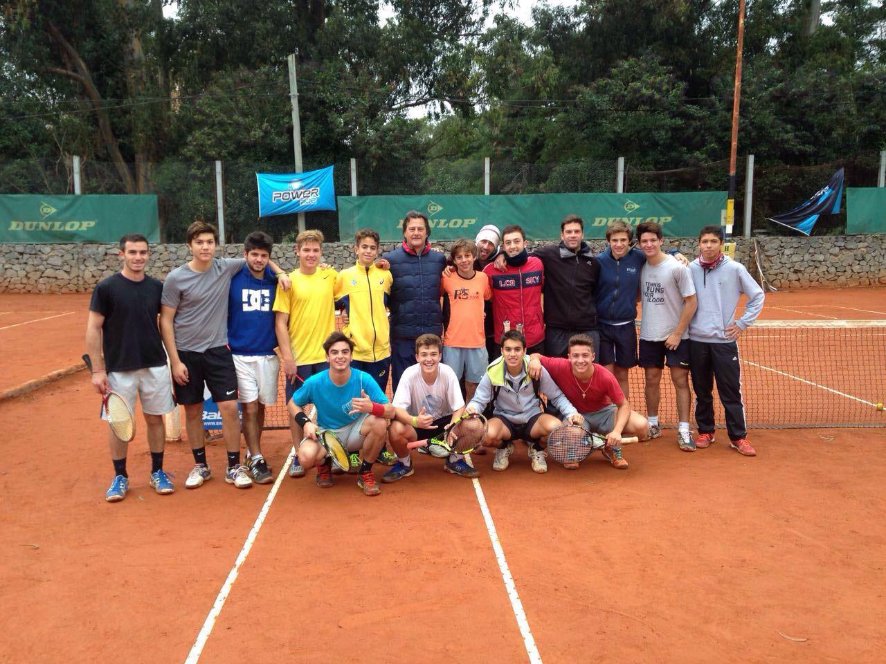 Atletas da RS Tennis, de Joinville (SC), treinam na academia que formou Del Potro